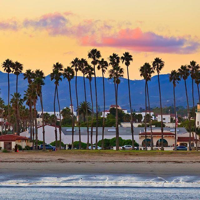 Santa Barbara wartet schon auf euch! 🌴 #santabarbara #kalifornien #usa #strand #palmen #berge #abenddämmerung…