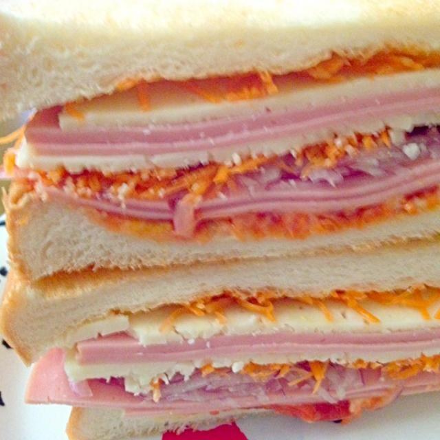 珍しく風邪をひいたみたい。 ダルダル~レタスがなかったから、ニンジンと紫玉ねぎとハム、チーズをはさんでいただきます❤ウマッ❤今日は1日安静ね - 57件のもぐもぐ - レタス無かったか~なサンドイッチでランチ by kazu347
