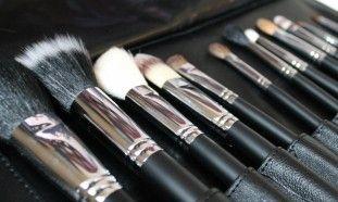 ¿Sabías que compartir tus brochas de maquillaje es igual que compartir tu cepillo de dientes?