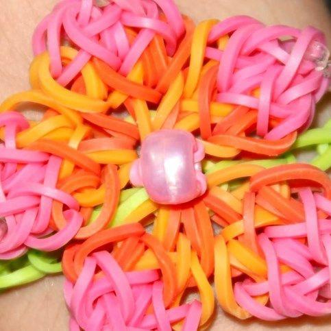 14029 Ein Regenbogen Loom Armband mit großer Blume