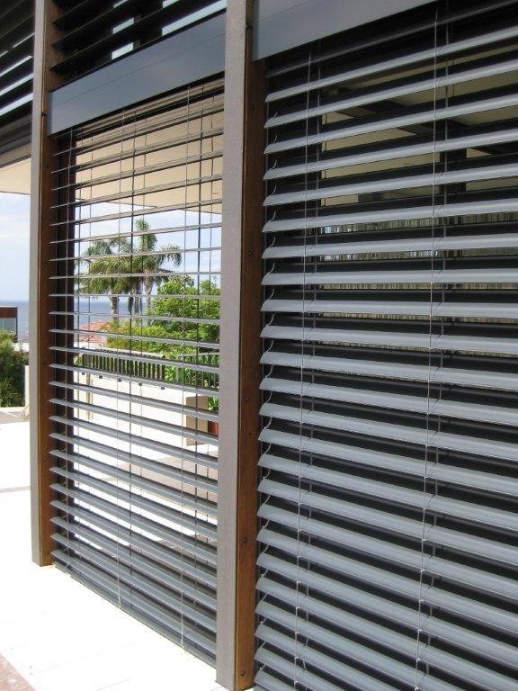 szare, srebrne żaluzje zewnętrzne, silver exterior blinds