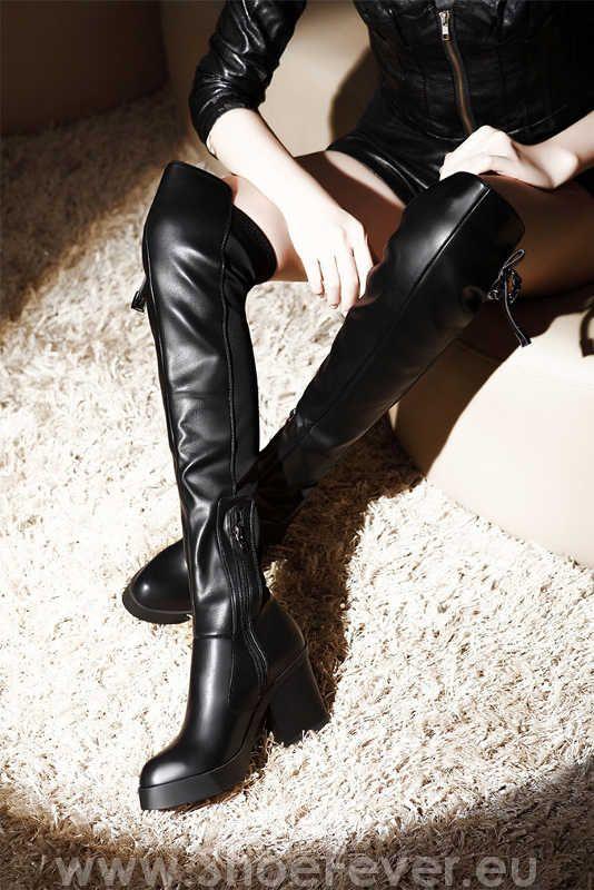 """Cizme peste genunchi cu toc gros """"Molecole"""", din piele eco neagra, cu material elastic la spate pentru ajustare pe orice tip de picior.  Prezinta un toc foarte comod, robust, inalt de 8 cm si o platforma de 2 cm. Interior imblanit"""