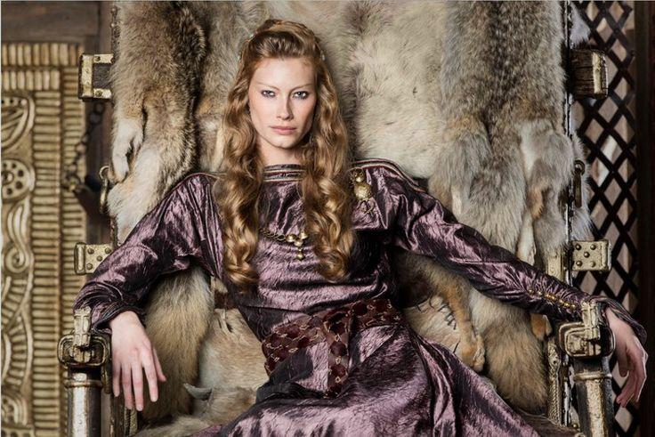 Para completar el vistazo que hemos ido echando a los personajes de la serie televisiva Vikings nos faltaba éste de Aslaug, que además tiene un papel fundamental porque, entre otras cosas, forma parte de la familia protagonista. Princesa, reina, hechicera, visionaria, envuelta siempre en un aura mít