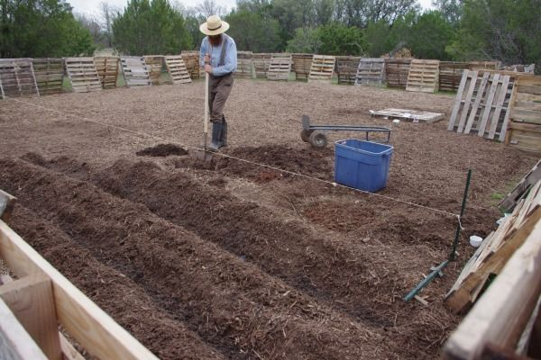 """""""Using Free Pallets to Build Our Homestead""""Pallet Fence, Pallets Gardens, Homesteads Ideas, Free Pallets, Gardens Structures, Broken Fence, Pallets Fence, Buildings, Pallets Homesteads"""