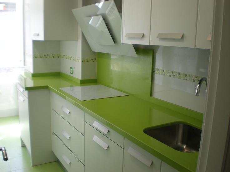 Laminado blanco brillo encimera silestone verde fun for Cocina color marmol beige