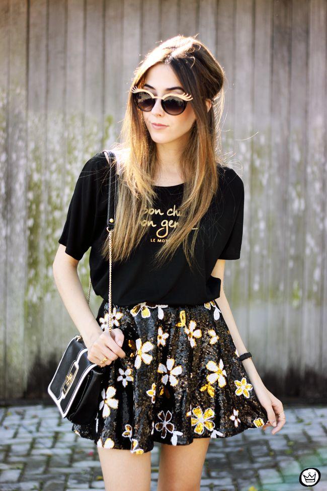 Look girlie para inspirar: t-shirt fofa preta + saia de paetê dourada e preta + óculos dourado.