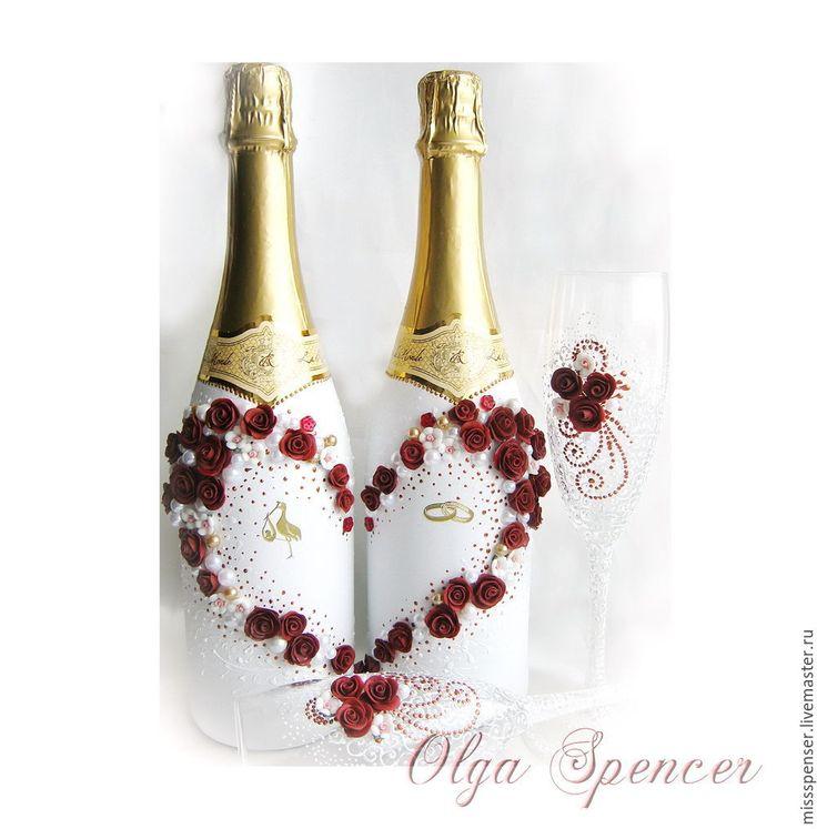 Свадебное шампанское. Свадебное шампанское украшено белым напылением, росписью и цветами из полимерной глины в виде сердца. Внутри сердца - Аист и кольца. ЯМ Идея