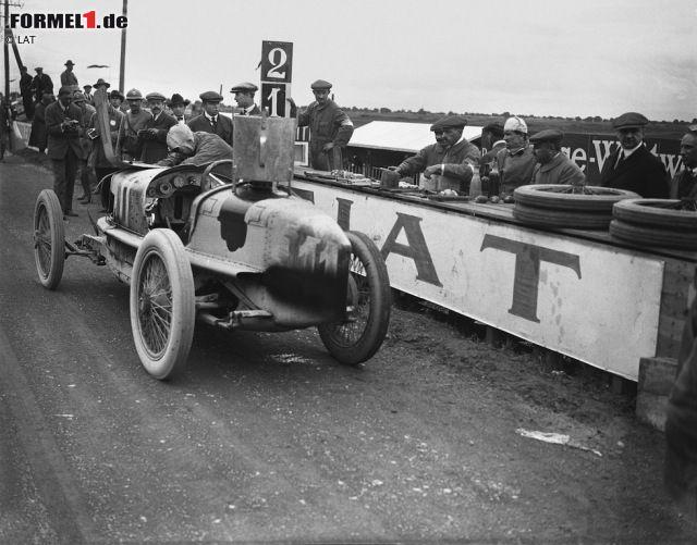 """""""Bella Italia"""" hat in 67 Jahren Formel-1-Geschichte kein einziges Mal gefehlt. Der erste Italien-Grand-Prix überhaupt wird aber nicht im königlichen Park ausgetragen, sondern am 4. September 1921 im unweit gelegen Brescia. Schon ein Jahr später findet der Motorsport seine neue Heimat im Autodromo Nazionale, wo Pietro Bordino (im Bild) mit einem FIAT für den von den Tifosi umjubelten Premierenerfolg sorgt. Damals trauriger Motorsport-Alltag: Am Vortag verunglückt der Deutsche Gregor Kuhn…"""