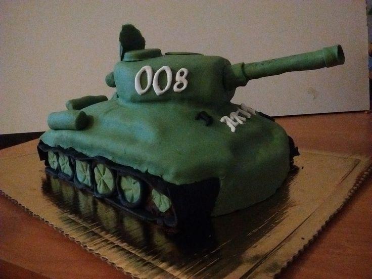 Dla fana militariów powstał czekoladowy tort - czołg                   Ganache przełamany malinami mmm..... pycha.