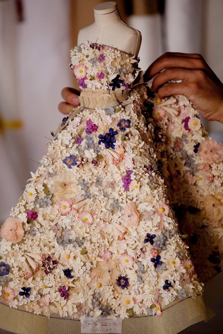 On the original Miss Dior dress designed in 1949 or on its miniature version, produced specially for the exhibition, bouquets of rose, jasmine and lilac burst into bloom.