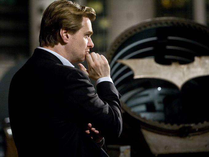 Christopher Nolan tiene hipnotizado a Hollywood y al resto del mundo. El realizador, nacido el 30 de julio de 1970 en Londres, Inglaterra, y que nunca pasó por una escuela de cine, es considerado uno de los creadores más visionarios del séptimo arte, y al reinventar la saga sobre Batman colocó su nombre en la historia del cine mundial.