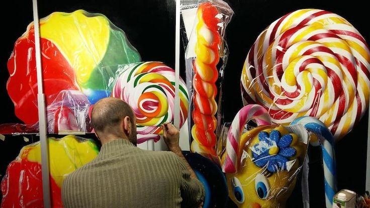 Die pure Definition von Eye-Candy flankt uns zum Start ins sonnige Wochenende, der aus Italien stammende Maler Roberto Bernardi auf die Screens.