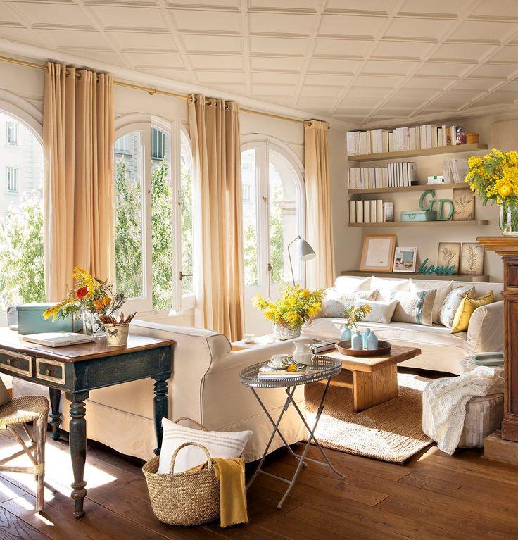 Salón  Sofás diseñados por Anna Taberner y escritorio decapado de Wunderkammer.