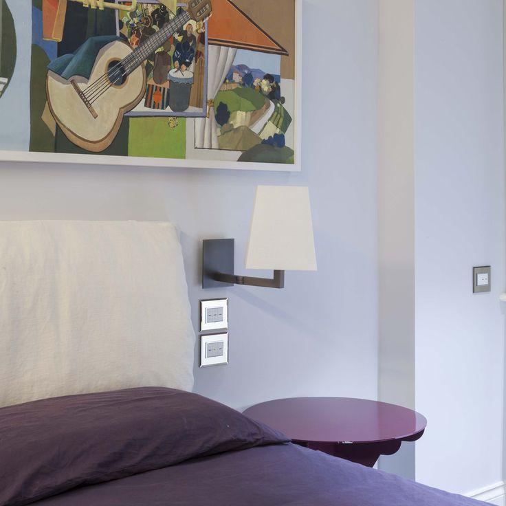 Vimar domotica By-me appartamento a Siena. Camera comandi con la serie Eikon Evo bianca e placca cristallo particolare