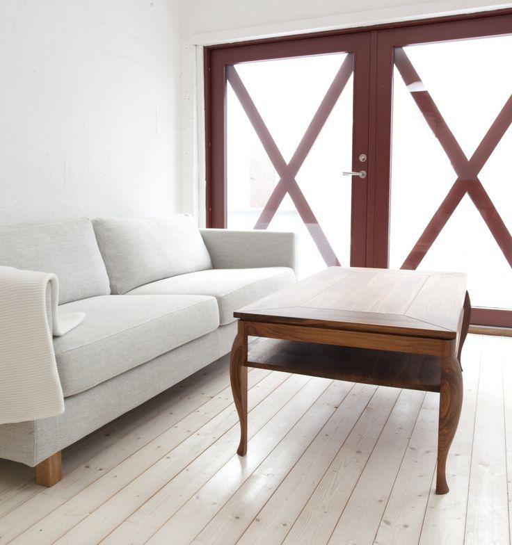 Exklusivt soffbord tillverkat av FSC-märkt valnöt.
