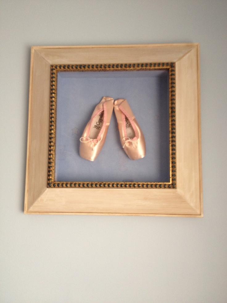 Zapatillas de punta del número más pequeño para que al enmarcarlas no quede demasiado grande el cuadro. Es un regalo que me hizo mi marido, entonces novio, por mi 25 cumpleaños.  Hoy lo tengo colgado en la habitación de las niñas.