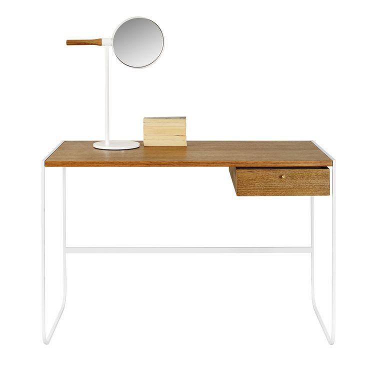 Tati skrivbord med toppskiva i lackad MDF och en låda i vitbetsad ek. Tati skrivbord är ett nätt skrivbord som passar i sovrummet eller i det lilla hemmakontoret. Ramen är tillverkad i lackerad metall med skiva i flera utföranden. Det går att montera extra lådor för den som vill.