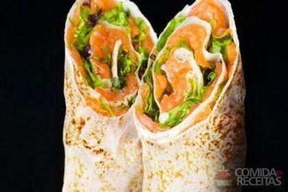 Receita de Wrap de salmão do chile com limão, rúcula e molho tártaro em receitas de salgados, veja essa e outras receitas aqui!