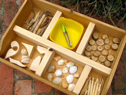 VERGELIJKEN EN ORDENEN Een mand vol kleine spulletjes en een sorteerdoos. Soms is meer niet nodig om tal van activiteiten uit te lokken rondom vergelijken, ordenen en tellen.