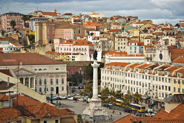 """FASCINO LUSITANO Città ricca di arte, cultura, colori, mare, vento e di storie antiche che s'intrecciano, Lisbona porta con sé l'allegria del sud e la """"saudade"""" nostalgica del suo passato.  http://www.jonas.it/vacanza_lisbona_1218.html"""