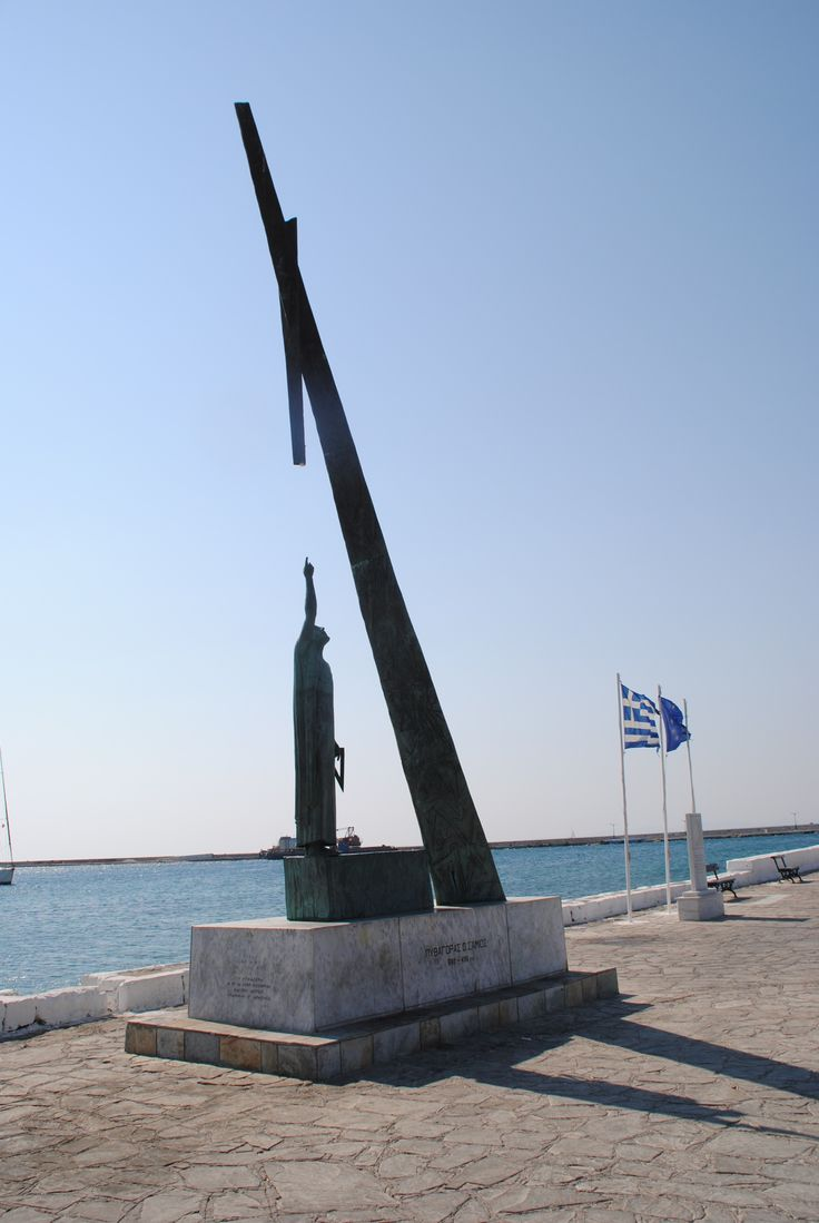 Das Denkmal des Pythagoras im Hafen von Pythagorion