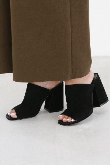 JAGGAR チャンキーサボ  JAGGAR チャンキーサボ 31320 ボリュームあるチャンキーヒールのJAGGAR 黒のスエードはDeuxieme Classe別注です 今から秋のスタイリングに仕上げてくれるアイテム Iラインスカートやワイドパンツの足元におすすめの足です 取り扱いについては商品についている洗濯表示にてご確認下さい 店頭及び屋外での撮影画像は光の当たり具合で色味が違って見える場合があります 商品の色味はスタジオ撮影の画像をご参照下さい