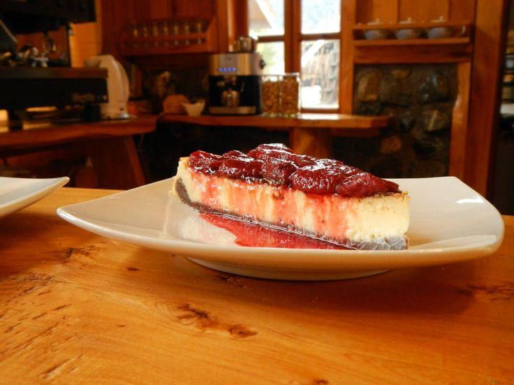 El cheesecake de frutillas que prepara Adriana, es una de las especialidades del Café Los Mañíos del Queulat.