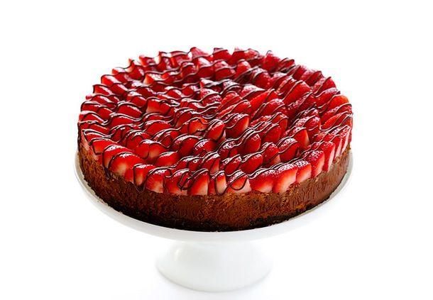 Den færdige jordbær-cheesecake med Nutella-drippings og Oreo-bund