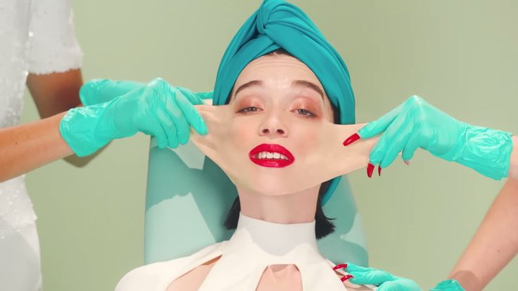 """Stylish Plastic Surgery in St. Vincent's New """"Los Ageless"""" Music Video 