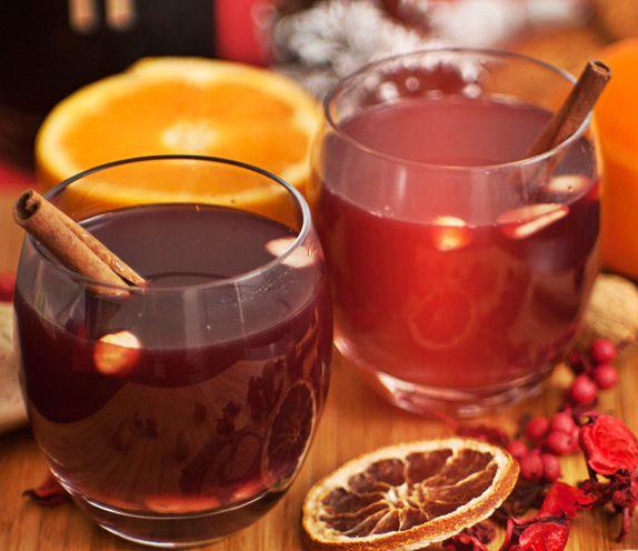Υλικά:  1000 ml. κόκκινο ξηρό κρασί  1 ξυλάκι κανέλας  7 γαρύφαλλα  φλούδα απο 1 λεμόνι και απο 1 πορτοκάλι  3 κ.σ. ζάχαρη  5 κ.σ. κονιάκ     Εκτέλεση:  Βάζουμε 1 κούπα νερό σε μια κατσαρόλα και προσθέτουμε τη ζάχαρη, την κανέλα, τα γαρύφαλλα και τις φλούδες. Αφήνουμε να τα υλικά