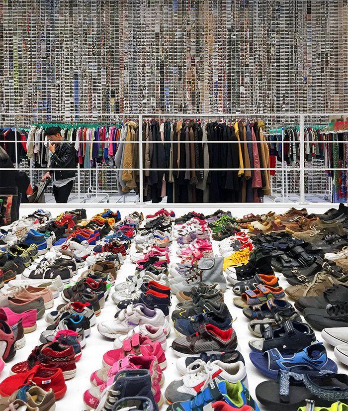 Τα ρούχα και τα παπούτσια που άφησαν πίσω οι πρόσφυγες, απομεινάρια μιας  προσωρινής και δύσκολης διαβίωσης.