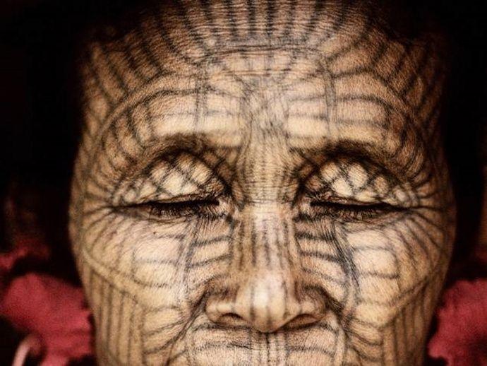 Tattoo-Ausstellung: Gesichtstattoo einer Chin-Frau in Burma