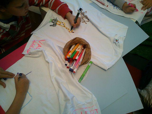 """Talleres creativos para niños. Un maridaje entre 2 cuentos estampado en una camiseta. Increíble el resultado. Hemos contado """"Donde viven los monstruos"""" y """"A que sabe la Luna"""". Todos habían estado ya en La Luna y la habían probado y sus habitaciones también a veces se transforman en selvas. Así que ha sido fácil la tarea.  ¡¡La inmaginacion al poder!! Taller infantil ¿Me visto un cuento¿ ¿Me como un libro¿ (3)   Flickr: Intercambio de fotos"""