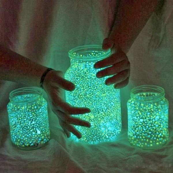 Sencilla manualidad para hacer botes fosforocentes que podemos colocar en el cuarto de nuestros pequeños para alejar los miedos a la oscuridad.