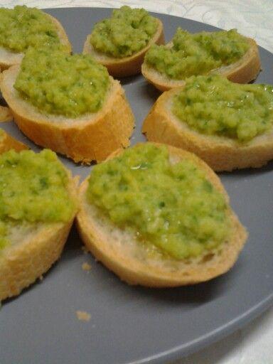 Crostini con crema emulsiinata di zucchine