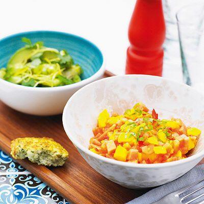 Mango och papaya salsa //   2 tsk flytande honung  1 lime, pressad saft  1 tsk flingsalt  1 skalad, urkärnad, hackad mango  1 skalad, urkärnad, hackad papaya  0.5 urkärnad, finhackad röd chili  2 msk hackad färsk mynta