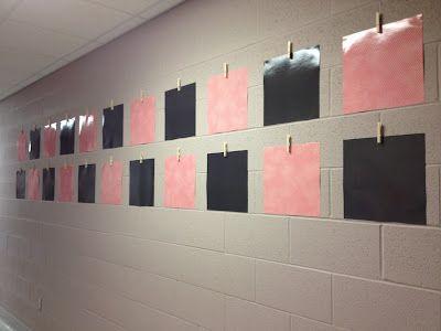 Tekeningen ophangen --> Knijpers op de muur plakken.