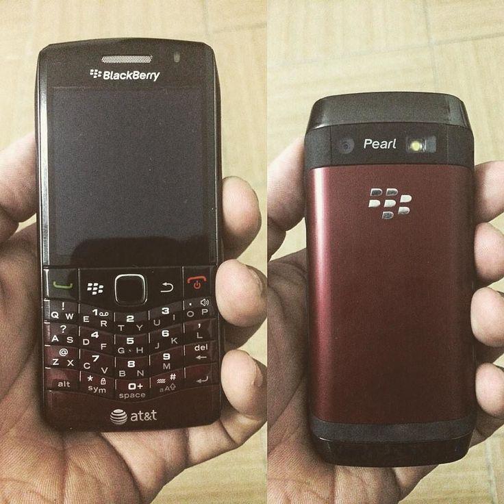 """#inst10 #ReGram @trinhbinh: Quà va-lung-tung được tài trợ từ anh """"bạn trai """" mơ ước lâu nay đã sở hữuゝ Còn mấy em nữa cho đủ bộ sưu tập  #gift #valentines #blackberry #pearl9100 #saigon #vietnam  #BlackBerryClubs #BlackBerryPhotos #BBer #RIM #QWERTY #Keyboard #OldBlackBerry"""