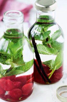 HINDBÆRVODKA MED MYNTE Tid: ca. 5 min. (2 flasker med hver ca. 5 dl) 200 g hindbær 2-4 kviste mynte evt. 1-2 bælge af vaniljestænger 1 liter vodka 1. Kom hindbær, mynte og vaniljestænger på flasker. Hæld vodka på, og luk til. 2. Lad vodkaen trække i nogle uger – jo længere tid, jo mere smag får den.
