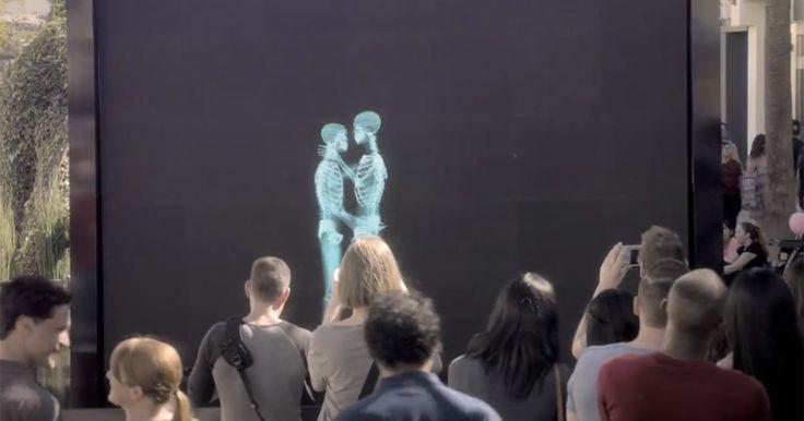 De ser skelett hångla på en skärm. Men sekunder senare… Budskapet är lika viktigt som det är fantastiskt.