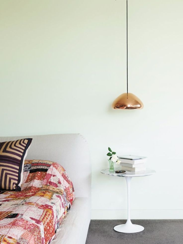 luminaire en cuivre et table de chevet