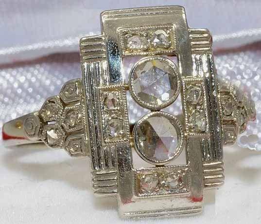 16 natuurlijke en onbehandelde diamanten! 2 diamanten van 3,2 mm in het centrum alle 4 bovenzijden hebben 2 ca. 1 mm groot (in totaal 8), en beide zijden nog 3 elk met ca. 1 mm. Duidelijkheid: SI1 / SI2 Colour FG  Ring gewicht: 2,69 g Ring maat 58 / 18,25 mm De ring voorzijde is 15,5 mm van boven naar beneden. 18 kt 750 witgoud  De ring werd niet gereinigd of gepolijst om de fantastische antieke stijl look van de ring te behouden. De karaat gewicht van de diamant is niet berekend…