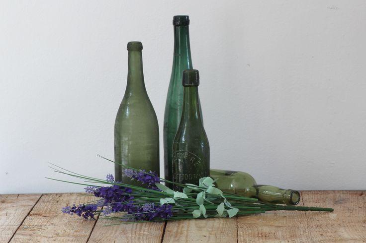 Top 3 woonspullen op maandag | nummer 1  Wat een toffe nr 1: vier uiteenlopende groene vintage drankflessen van glas. Twee oude wijnflessen en 2 antieke bierflessen.  #vintage #antiek #drankfles #bierfles #wijnfles