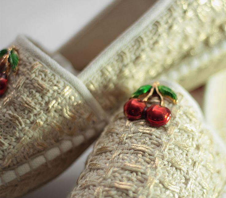 Espadrillas in handwoven fabric. Pulce cotton laminated gold. Cherry decor.