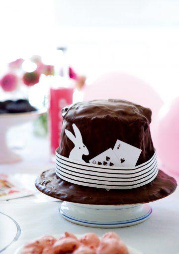 Gâteau en chocolat en forme de chapeau de magicien décoré d'une bande de papier et de cartes à jouer