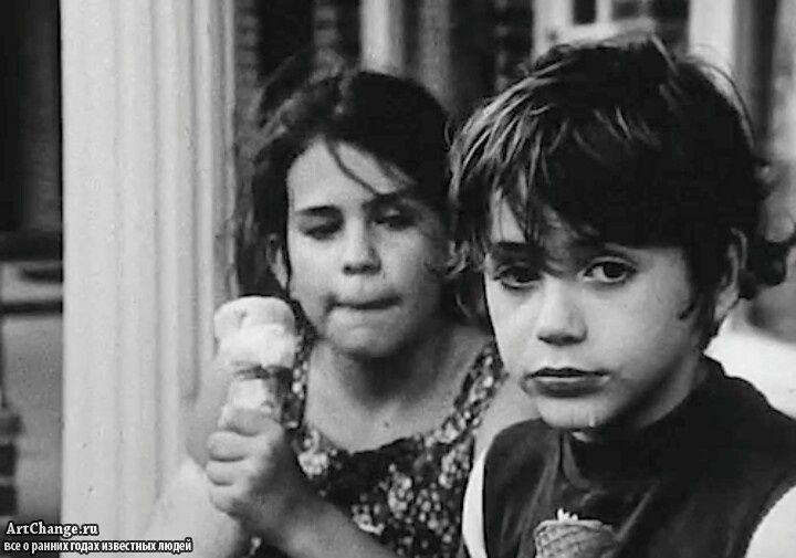 Роберт Дауни младший с мороженным