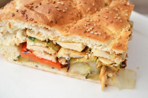 Gevuld Turks brood (1 groot brood): 1 Turks brood - 1 aubergine - 1 courgette - 2 paprika's - 1 bak champignons - 2 uien - 2 kipfilets - geraspte kaas - cajunkruiden - peper en zout - olijfolie - 3 teentjes knoflook