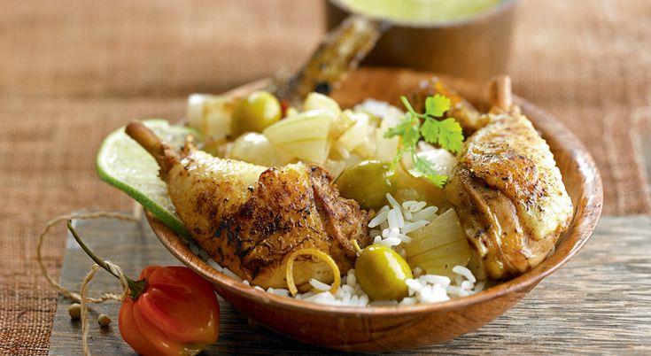 Réalisez un somptueux poulet yassa en laissant mariner ses morceaux dans du jus et du zeste de citron avec des oignons, des piments et de la moutarde.