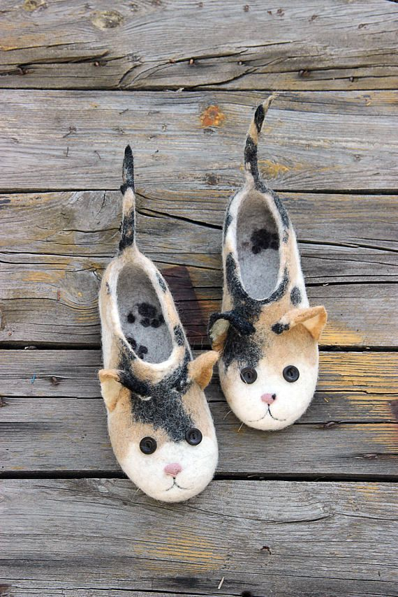 Personalized tortoiseshell cats. Custom size flat slippers. Natural wool felted shoes.  See also: Red cats slippers: https://www.etsy.com/listing/488517806/ Grey cats slippers: https://www.etsy.com/listing/491705121/ Red Shiba Inu dogs slippers: https://www.etsy.com/listing/503663610/  Product description:  Our felt slippers are totally handcrafted of 100% pure wool with warm water, soap, love and care. The sole, made ...
