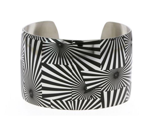 Bracelet ouvert en acier avec motifs géométriques style safari. - Matière : Acier - Diamètre : 60 mm - Largeur : 4 cm - http://www.cemonstyle.com/contents/fr/p101_Bracelet_femme_acier_couleur_acier_et_noir.html